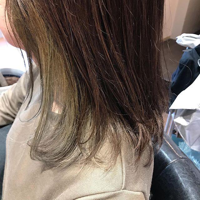 [インナーカラー]先日のお客様、左の耳上だけブリーチを2回して、インナーカラーをさせて頂きました。ブリーチだけだと派手ですが…今回はカーキのカラーを上からのせて、この日たまたまお客様が着ていたお洋服と同じ色に!普段髪の毛をおろしている時はそんなに目立たないですが、耳にかけたり縛ったりすると出てくるカラーの仕方ですこの色と、耳上だけなら大人でも挑戦しやすいのではないかと思います!︎カーキ︎ベージュ︎グレージュ辺りが色としてはオススメです^_^お客様も『ブリーチは傷みが気になるけど、左の内側だけなら挑戦出来る!』と仰って下さいました。大人目線の提案をさせて頂きますので、ご興味ありましたらスタッフまでご相談下さい。#豊橋#豊橋美容院#豊橋she#豊川she#豊川#豊川美容院#女性スタイリスト#髪質改善トリートメント#女性スタイリスト募集#エイジングケア#豊橋ヘアサロン#豊橋スタイリスト募集#大人の女性のヘアケア専門サロン#髪質改善#大人の女性向けヘアサロン #豊橋美容師求人