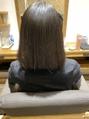 ストカールで毛先に自然なワンカールを。